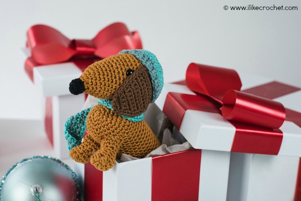 Dachshund-Through-the-Snow-Amigurumi+Text